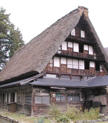 岩瀬家住宅は、火薬の原料となる煙硝作りで加賀藩の庇護を受け、江戸時代後期に8年の歳月をかけて建てられた家屋です。5階建ての堂々たる佇まいは、現存する合掌作りの中で最大級の大きさを誇ります。重厚感あふれる外観と、豪華な内装は、往時の五箇山での生活を今に伝える貴重な資料として、国の重要文化財に指定されています。
