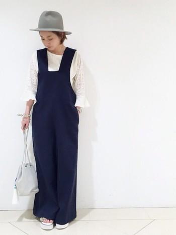 こちらのトップスも袖のデザインが素敵ですね。サロペットと合わせるとさらに今年らしさが出ます。