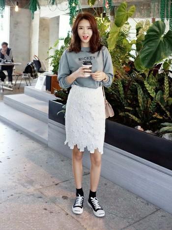フレアタイプもいいですが、タイトスカートはより大人っぽい雰囲気が出ます。カジュアルスタイルのアクセントに。