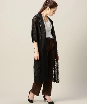 ちょっと大人な気分の日には黒のガウンを。シンプルなコーデに羽織るだけで華やかな印象になります。