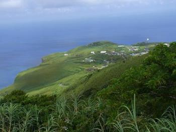 現在は、集落は島の北側の断崖絶壁上に集中しています。人口は200人未満で、「日本一人口の少ない村」としても知られています。