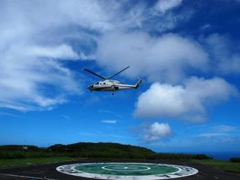 青ヶ島に行くには、八丈島からヘリコプターか船を利用します(八丈島までは、羽田空港から全日空便が飛んでいます)。ヘリコプター「東京愛らんどシャトル」は毎日一往復運行しており飛行時間は片道20分ほど、船「あおがしま丸」は週4〜5回の運行(それぞれ一日一往復)で片道3時間ほどです。ヘリコプターは予約可、船は予約不要です。