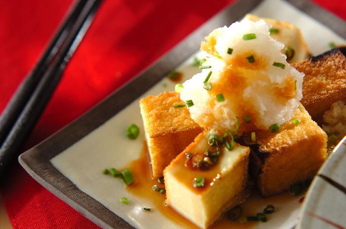 豆腐を油で揚げた厚揚げ。原料が大豆なので、良質なタンパク質や多くの栄養素が含まれています。