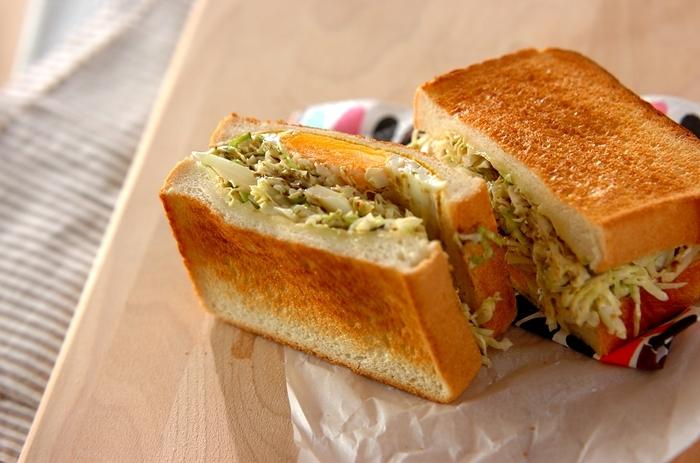 野菜たっぷりのコールスローはパンとの相性も抜群なので、目玉焼きと組み合わせ、サンドイッチにしてしまいましょう!リンク先のレシピでは、トーストしたパンにマスタードを塗り、目玉焼きとのりマヨ風味のコールスローを挟んでいます。