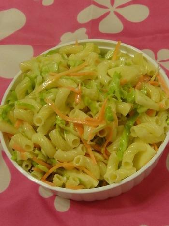 調味料と和える際にマカロニを加えれば、食べごたえのあるサラダが一品完成します。こちらのレシピでは、マカロニを別にゆでて加えています。