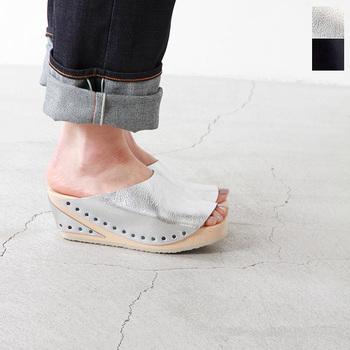 黒とシルバーがあり、素足でももちろん、靴下との足元コーデも楽しめる一足。 ソールと革をとめたスタッズも、お洒落なアクセントになっていますね。
