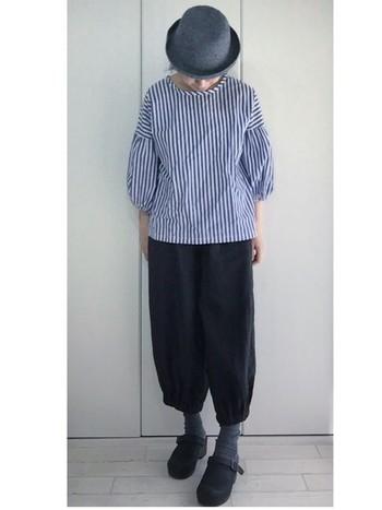 バルーンパンツに、グレーの靴下とブラックのダンスコを合わせてグラデーションがとても素敵な着こなしですね。ボトムスや小物を同系色にして色を抑えれば、トップスのストライプシャツが主役のスタイリッシュな着こなしが完成します。