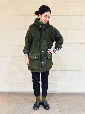 大きめのモッズコート以外を、細身のアイテムでまとめた女性らしいワークスタイルです。動きやすい機能性を重視したコーデにも、サボはとってもよく似合いますね♪
