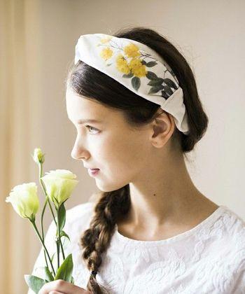 手軽にヘアアレンジができて、いつものコーディネートにアクセントを与えてくれて小顔効果もあると人気のヘアバンド・ターバン。