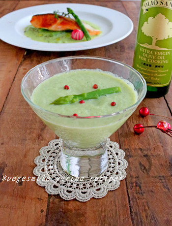 アスパラガスはポタージュにしてもその風味をしっかり味わえます。ピンクペッパーの飾りで食卓に明るい春を演出するのも素敵。
