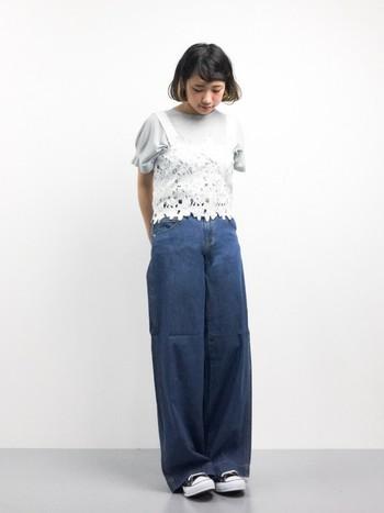 フラワーモチーフが華やかでかわいいビスチェ風のキャミソール。ボトムはワイドパンツやロング丈のスカートを合わせてバランス良く。