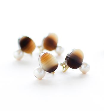 楕円形が柔らかな印象のイヤリング。クリアなものから、柄の入ったものまでカラーや柄のバリエーションが豊富なので色違いで揃えておきたくなるほど。