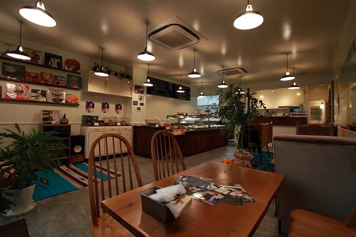店内は広々としていて、ちょっとオールドアメリカンな雰囲気。イートインスペースもあります。