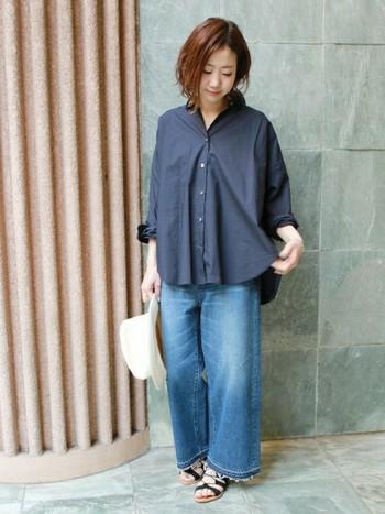 ワイドデニムにビックシルエットのシャツも実は合います♪服にゆったり感があるので、華奢に見せてくれる効果大!
