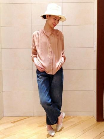 ギャザー&ピンクのシャツでも、ワイドデニムなら甘くなり過ぎない!大人女子におすすめなピンク使いです。