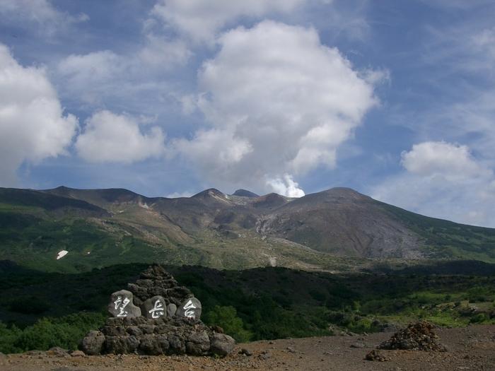 白金温泉からほど近い十勝岳展望台からは、標高2077メートルの十勝岳を間近に臨むことができます。噴煙を上げる十勝岳や他の2000メートル級の山々からは、大自然の美しさと同時に畏怖さえも伝わってきます。