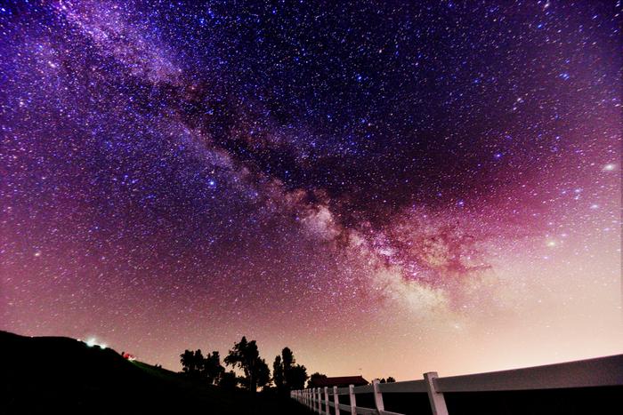 澄み渡った空気が広がる新栄の丘では、夜になると満天の星空となります。手が届くのではないかと錯覚するくらい明るく輝く星明かりの下で眺める夜空は、プラネタリウムのようです。