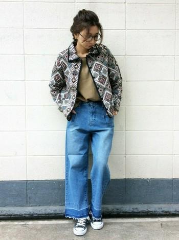 ゴブラン織りのような個性的なジャケットでも、ワイドデニムだったら大丈夫!トップスを選ばないので頼りになります。
