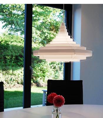 北欧モダンテイストなデザイナーズペンダントライト。プラスチックシートが重なりあって構成されています。つけてみると、柔らかな光がお部屋をふわりと照らします。