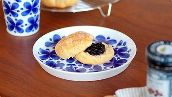 【サラダプレート(18cm)】は小さめで、取り皿や午後のティータイムのお菓子を入れるのにぴったりなサイズ。縁が少し立ち上がっているので、コップと合わせてソーサー代わりに使ってもいいですね。