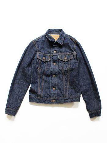 Levi'sの不朽の名作3rdタイプデニムジャケットをベースにインスピレーションして作られたジャケット。すっきりとして上品な味わいのデニム生地。細めのシルエットで女性らしいフォルム。メンズライクなカジュアルだけでなく、フェミニンなスカートコーデにもぴったりです♪