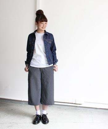 こちらはM(2)サイズ。今季は、メンズライクなオックスフォードなどの男靴が流行っていますよね。ワイドパンツも、アウターにコンパクトなジャケットを合わせることで、全体的にダボっとした印象にならず、女性らしさを残しています。  着用モデル:身長160cm、着用サイズ2