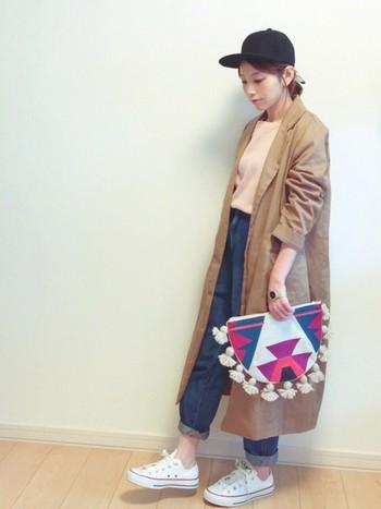 明るい色使いのスタイルに、鮮やかな色彩のバッグが印象的。シンプルな黒キャップが、意外にもバランス良し。