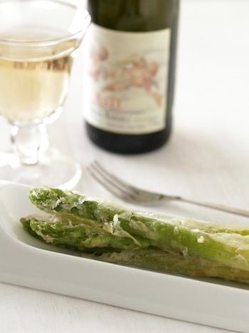 これからの季節に、さっぱりといただきたいこちらのアスパラの天ぷら。レモンの爽やかな風味も相性バツグン◎ワインのおつまみにもどうぞ☆