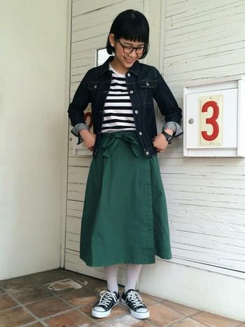 細めのジャケットと、ラップスカートで綺麗なAラインを演出しています。流行に左右されないこだわりの自分スタイルがあると素敵ですよね。