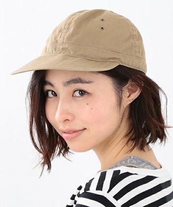 エアリーなミディアムヘアにはキャップがよく似合います。キャップをとった時にヘアスタイルを直しやすいのも◎。