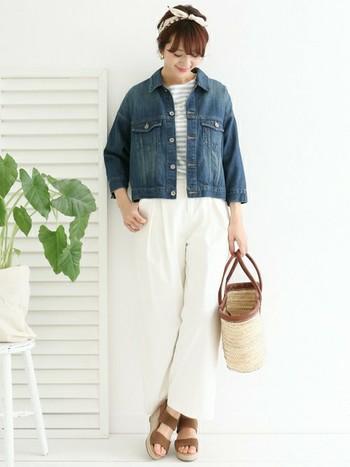 かごバッグとボーダーシャツ、白のワイドパンツで爽やかな春コーデの完成。グレーのボーダーは、子供っぽくなりすぎず、シンプルな大人カジュアルコーデにもぴったり。厚底のウエッジヒールが今年っぽい。