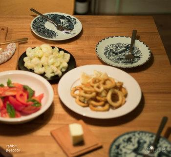 お料理から、ちらりと覗く柄にときめく。「絵皿」で華やかな食卓を
