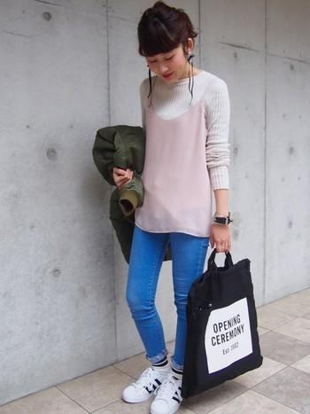 今季トレンドカラーのペールピンクは、優しくフェミニンな雰囲気に。ちょっぴりアクティヴな着こなしにはぴったりな甘辛ミックス。