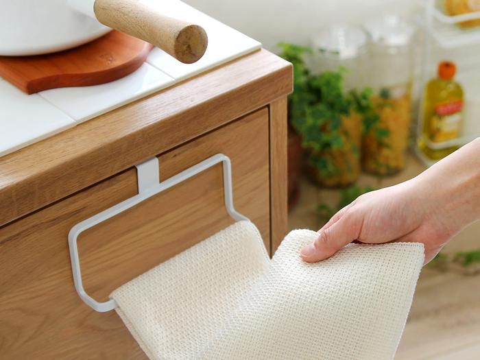 『キッチンタオルハンガー』  シンプルながらモダンなデザインのタオルハンガー。スチール製だから丈夫でさびにくいのが特徴です。