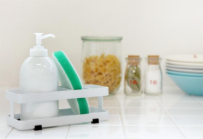 『スポンジ&ボトルホルダー』  シンプルでどんなインテリアのスタイルにもマッチするスポンジ&ボトルホルダーです。洗剤ボトルとスポンジをまとめて収納できるので、水回りがすっきりキレイに片づきます。スポンジを立てて収納できるから、さっと取り出しやすく機能性も◎。