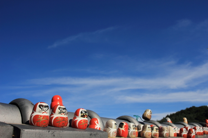 勝尾寺境内には、至る所で、勝利のご利益がある「勝運(かちうん)ダルマ」の姿を見かけます。無数に並ぶ勝運ダルマには、合格祈願、恋愛成就、商売繁盛、選挙当選など、幾多の人々の勝利への願いが凝縮されています。
