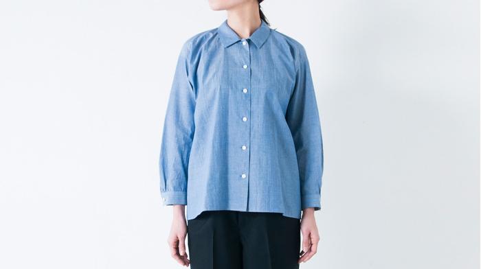 ふんわりしたドルマンスリーブが特徴の「カルディシャツ」。裾がゆるやかに後ろに下がったシルエットで1枚で着たときに美しさが引き立つデザインです。