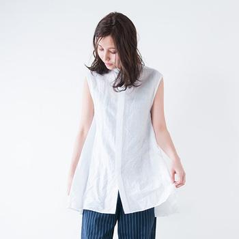 裾に向かってふんわりと広がる変形シルエットのノースリーブシャツ。リネンとコットンのナチュラルな素材感が大人っぽいリラックスムードを作ります。今年らしいロング丈なので、ニットやカーディガンとレイヤードしても◎。