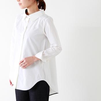 襟が大きく、裾の後ろが長めに取られたモードな雰囲気のデザインシャツ。上品に仕立てられていて、きれいめな印象です。ガウチョパンツやスカートスタイルが似合いそうですね。