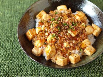 麻婆豆腐はご飯に合いますよね。もう、ご飯にのっけて丼でいただきましょう!豆腐を薄い塩水で下茹でする手の込んだ麻婆豆腐でおいしい一品のできあがり♪