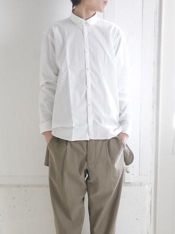 小さめのラウンドカラーが正統派な雰囲気の「サージョンシャツ」。柔らかく、滑らかなペルー綿を使用した、素材にもこだわった一枚です。メンズのドレスシャツをベースに作れているのでコンパクトですが重厚感があります。