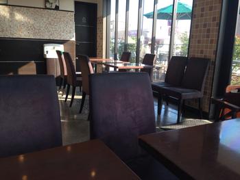 サニーサイド箕面小野原店は、行列ができるベーカリーカフェです。