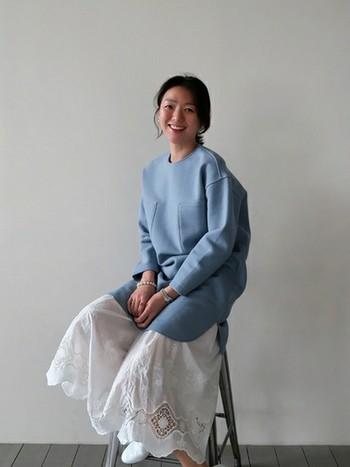 組み合わせを間違えてしまうと、子供っぽくなってしまうレースアイテム。 大人の女性のコーディネートに上品に取り入れるためには、素材やデザインにこだわって。 刺繍が特徴的なレーススカートには、淡いブルーのワンピースを重ねて。何ともいえない絶妙なカラーコーディネートが、とても春らしいスタイルですよね。