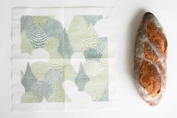 ナプキンには余白部分があるので、広げてみると、まるで額に入った一枚の絵のよう。お客様を招いたときや、ピクニックの際に使ってみたいですね。