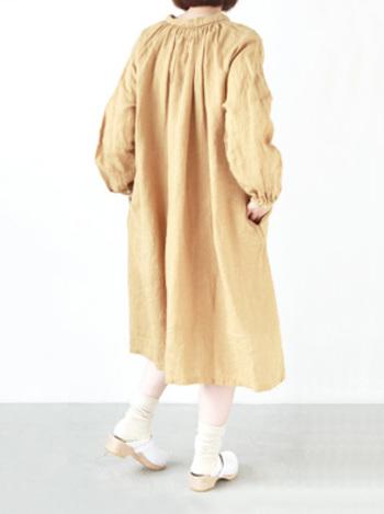 襟元には、くしゅくしゅと細かなギャザーがあしらわれているので、裾に向かって上品なAラインが作られています。リネンを贅沢に使って身幅にも余裕を持たせているので、暑い時季には一枚で、一枚では寒いときには中に重ね着をして春から秋口くらいまで使えそうなナチュラルワンピースは一枚持っておきたいですね。