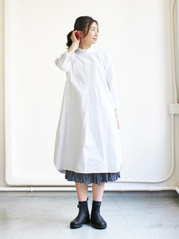 YAECA (ヤエカ) のロングシャツワンピースは、ふわりと広がるAラインのシルエットが上品です。ワンピースの中には、パンツはもちろん、こんな風に絶妙な丈感のスカートを合わせても◎。