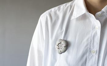 手作業で作られているので、ひとつとして同じ形のものはありません。あなただけの一輪を胸元やバッグに咲かせてみませんか?
