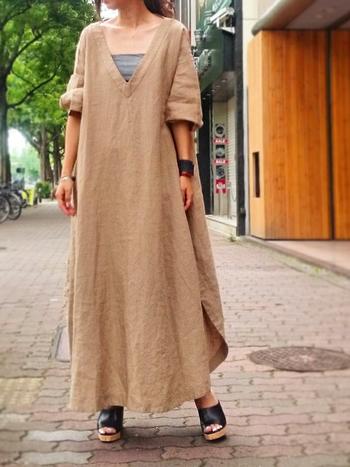 フレンチリネンを贅沢に使ったワンピースは、着れば着るほど自分の肌に馴染み柔らかさが増してきます。メンズのシャツをロングサイズになたような作りが、逆に女性らしさを引き立てます。ふわりと風が抜けるような、涼しそうなデザインは、どこか海外の避暑地を思い浮かべるよう。