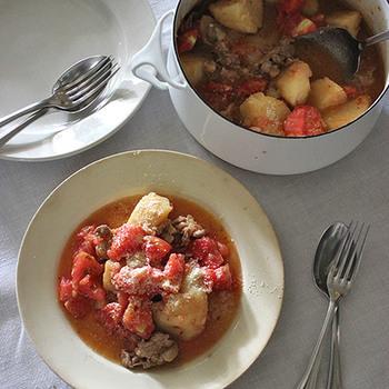 家庭料理の定番、肉じゃが。 そのままだと見慣れた和風メニューですが、トマトをたっぷりと入れることでパンにもパスタにも合う洋風な一品に。 春夏のおもてなしに喜ばれそう!