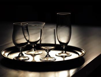 もちろん本来のお盆として運ぶのも良いのですが、そのままグラスやカトラリーなどをのせてテーブルの隅に置いおくだけで、一気にテーブルの格をあげてくれるんです。無駄がないその実直で美しい姿には、思わず見惚れてしまうほど。